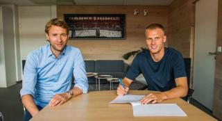 Mitchel Bakker has signed for Leverkusen.