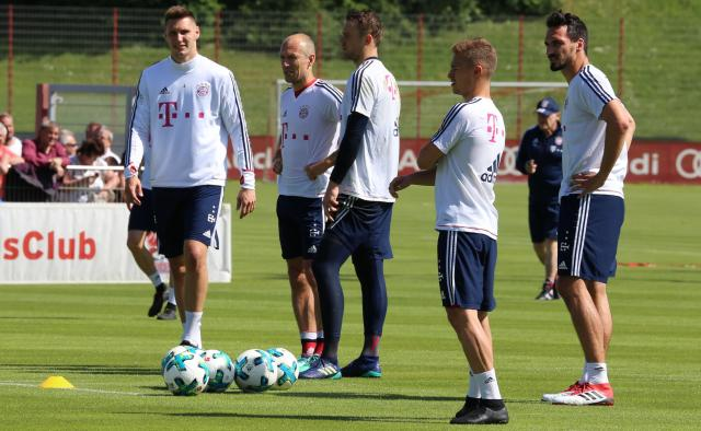 Manuel Neuer (middle) could return on Friday.